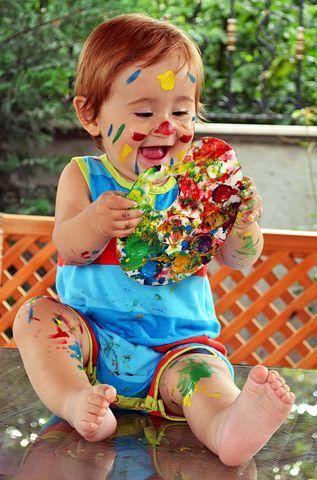 niño alegre color