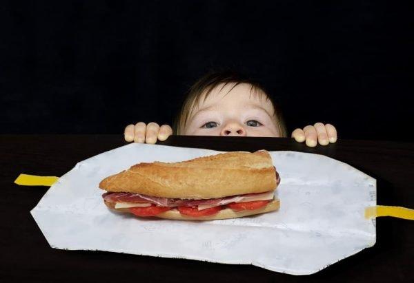 niño curioso porta bocadillo